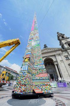 ハンガリー首都ブダペスト(Budapest)にある聖イシュトバーン大聖堂(Saint Stephen's Basilica)前の広場に出現した、デンマーク玩具大手レゴ(Lego)のブロックを用いた高さ34.76メートルの「レゴタワー」(2014年5月25日撮影)。(c)AFP/ATTILA KISBENEDEK ▼26May2014AFP|天まで届け、レゴタワーで世界記録更新 ハンガリー http://www.afpbb.com/articles/-/3015871 #Budapest #Saint_Stephens_Basilica #Lego_Tower