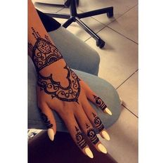 Uploaded by Tahia l'dz. Find images and videos about henna, nails and beautiful on We Heart It - the app to get lost in what you love. Pretty Henna Designs, Finger Henna Designs, Mehndi Designs For Fingers, Henna Tattoo Designs, Henna Tattoo Hand, Henna Mehndi, Hand Tattoos, Tatoos, Black Girls With Tattoos