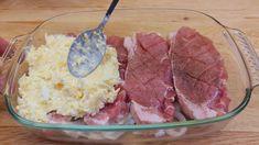 Príprava tohto jedla podľa receptu z youtube vám nezaberie viac ako 10 minút a bude ho zbožňovať celá rodina.Potrebujeme:4 plátky bravčového karésoľ, korenie podľa chuti1 cibuľu100 g tvrdého syra2 varené vajcia3 PL majonézyPostup:Navrchu každého mäsového … Potato Recipes, Pork Recipes, Cooking Recipes, Cafeteria Food, Pork Dishes, Pork Chops, Food Videos, Food And Drink, Beef