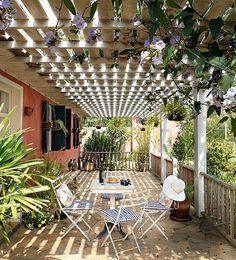 Para cobrir e fechar as varandas, a arquiteta Ivana Marcondes Rodrigues aproveitou a madeira de cercas. Ela colocou uma mesa e criou um canto agradável para jogar conversa fora. A tumbérgia enfeita e refresca o pergolado