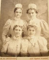 Vintage Nurses Photograph from 1898 - student nurses, striped uniform with apron-wearing caps without ribbons - Hospital School Post Capping- but no ribbon probably Yr 1 students. History Of Nursing, Medical History, Vintage Nurse, Vintage Medical, Old Pictures, Old Photos, Vintage Photographs, Vintage Photos, Nurse Pics