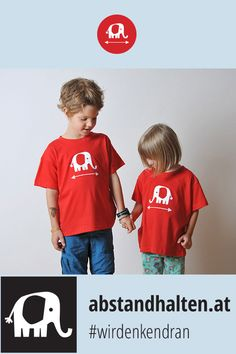 Mit dem Geschwister-T-Shirt-Set TWIN in den Farben Rot oder Blau mit Babyelefant PRIM fällt das Abstandhalten nicht schwer – das perfekte Outfit für Kindergarten, Schule, Spielplatz, Zoo und und und … #wirdenkendran #abstandhalten #kinder #tshirt #corona #covid19 #schauaufdichschauaufmich Baby Elefant, Kindergarten, Twins, Outfit, Corona, Red And Blue, Red Color, Siblings, Playground
