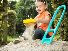 Quut Scoppi: super durable shovel and click-on rake for beach, sandpit, garden and even snow. Fotografie Debbie De Brauwer > Fairplace > webshop