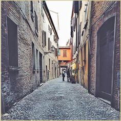 Strade di pietra… La #PicOfTheDay #turismoer di oggi attraversa le antiche vie della #Ferrara medievale #ViaDelleVolte Complimenti e grazie a @apclick / Stone streets... Today's PicOfTheDay turismoer goes through the ancient streets of a medieval Ferrara #ViaDelleVolte Congrats and thanks to @apclick
