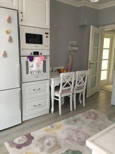 Henüz 1 haftalık evli ev sahiplerimiz, ilk evlerini keyifle, her detayına özenerek tasarlamışlar. Mutfak dekorunda country esintili beyaz dolaplar, renkli mutfak aletleri ve aksesuarlarıyla cıvıl cıvı...