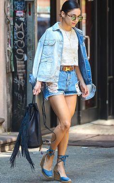 A atriz Venessa Hudgens usa look total jeans, inclusive sua espadrille.