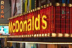 #McDonalds está en todos lados, eso nadie lo puede negar, así que si quieres disfrutar de sus especialidades de #hamburguesas, en #NuevaYork este cartel te dará la bienvenida. http://www.bestday.com.mx/Nueva-York-City-area/Restaurantes/