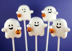 These ghost cake pops are all treat, no trick, and completely delicious. Kids will love these adorable Halloween goodies.