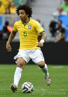 サッカーW杯ブラジル大会(2014 World Cup)グループA、ブラジル対カメルーン。ボールをキープするブラジルのマルセロ(Marcelo Vieira Da Silva Junior、2014年6月23日撮影)。(c)AFP/PIERRE-PHILIPPE MARCOU ▼24Jun2014AFP ネイマールの活躍でブラジルがベスト16入り http://www.afpbb.com/articles/-/3018540 #Cameroon_Brazil_group_A #Brazil2014