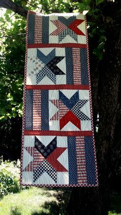 Graphic Design - Pattern Design Inspiration - Table runner pattern by Aunt Em's Quilts-- love those stars! Pattern Design : – Picture : – Description Table runner pattern by Aunt Em's Quilts– love those stars! Flag Quilt, Patriotic Quilts, Star Quilts, Mini Quilts, Quilt Blocks, Blue Quilts, Quilting Projects, Quilting Designs, Plus Forte Table Matelassés