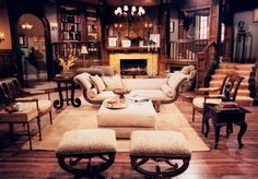 Niles Crane's apartment living room set design by Ron Olsen Niles Crane, Frasier Crane, Living Room Sets, Home Living Room, Apartment Living, Fainting Couch, Seattle Apartment, Hollywood Homes, Lounge