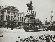 [Entrée des troupes américaines à Orléans ; soldats américains regardant la statue de Jeanne d'Arc - au 2e plan, ruines de la Chancellerie. août 1944] (Arch. dép. du Loiret, 7 Fi 195)