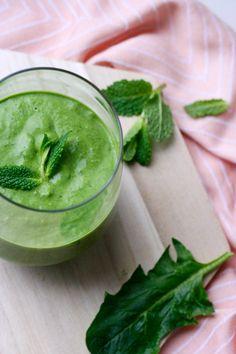Der Green Smoothie mit Kokos und Minze ist in zwei Minuten fertig und Liebe auf den ersten Schluck.