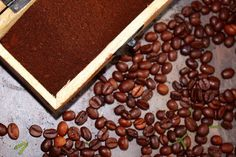 Kávový lógr: Skrytý poklad pro vaše tělo, vlasy i zahradu | Žijeme homemade Butcher Block Cutting Board, Beans, Homemade, Vegetables, Food, Home Made, Essen, Vegetable Recipes, Meals