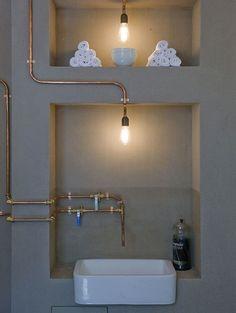Koperen buizen in een betonnen badkamer - Inspiratie! De comeback van koper | ELLE Decoration NL