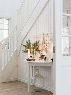 Keltainen talo rannalla: Maalaisjoulua Gelbes Haus am Strand: Country Christmas Christmas Decorations For The Home, Christmas Home, Holiday Decor, White Christmas, Elegant Christmas, White Cottage, Cottage Style, Cottage Chic, Design Scandinavian
