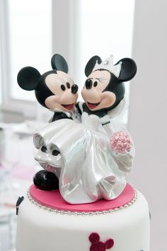 Mickey and Minnie on our wedding cake !