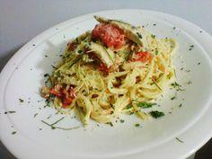 Pasta con pollo en salsa alfredo con pesto de tomate y albahaca. Spaghetti, Chicken, Ethnic Recipes, Food, Drinks, Cooking, Ideas, Chicken Pasta, Italian Pastries