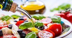 Jak odżywiać się zdrowo, a jednocześnie stracić na wadze? - to jedno z najczęściej pojawiających się pytań wśród osób, które chciałyby zmienić swoje nawyki żywieniowe, jednocześnie przyspieszając metabolizm. Postanowiliśmy zatem sprawdzić, co jeść oraz jak jeść, aby schudnąć, tak by spadek wagi nie oznaczał problemów zdrowotnych. Proponujemy rozwiązania, dzięki którym nie pojawi się efekt jo-jo. Salada Caprese, Caprese Salad, Healthy Fats, Healthy Snacks, Healthy Eating, Healthy Liver, Foods To Fight Inflammation, Easy Diets To Follow, Mediterranean Diet Recipes