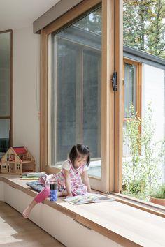 Sitzbank mit Stauraum am Fenster