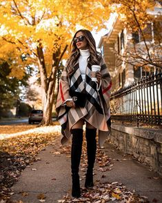 Building the ideal wardrobe is about having the right mix of clothing items. Here are the number of pieces you really need in your wardrobe. Urban Chic, Burberry Poncho, Blanket Poncho, Blazers, Cute Winter Outfits, Casual Winter, Winter Trends, Clothing Items, Mantel