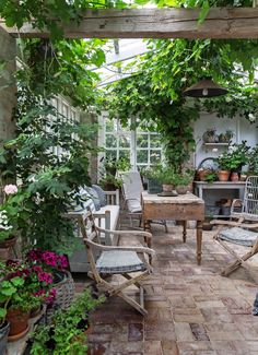 Get inspired ideas for your greenhouse. Build a cold-frame greenhouse. A cold-frame greenhouse is small but effective. Outdoor Rooms, Outdoor Gardens, Outdoor Living, Outdoor Decor, Garden Cottage, Home And Garden, The Garden Room, Garden Living, Gazebos