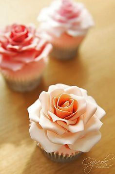 Ever think of having cupcakes for your wedding after party? These beautiful, delicious flower wedding cupcakes will look gorgeous in every wedding theme. Cupcake Rose, Cupcake Cakes, Flower Cupcakes, Car Cakes, Strawberry Cupcakes, Easter Cupcakes, Christmas Cupcakes, Cake Decorating Tips, Cookie Decorating