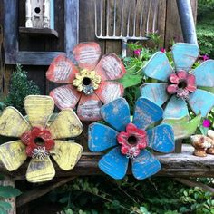 Yard Art Inspiration – Need to find instructions Yard Art Inspiration – Need to find instructions Crafty finds for your Hot Yard Sale and FleaYard Sale Finds For Your Wooden Crafts, Diy And Crafts, Fleurs Diy, Outdoor Crafts, Outdoor Art, Wood Flowers, Flower Wall Decor, Country Crafts, Summer Crafts