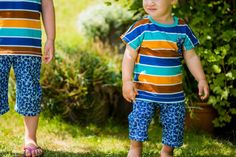 Mal wieder ein Geschwisteroutfit für die 4 Jährige und den 1 Jährigen! Der neue Stoff mit den schicken Hawaii Blumen namens SummerMalve von Astrokatze bot sich einfach hervorragend für Shorts an. Und das Beste: Durch die verwendeten Unisex Schnittmuster kann der Kleine irgendwann auch die größeren Klamotten tragen! Und was der Chaot für neue Stunts drauf hat erzähle ich auch noch heute. Alex trägt eine gekürzte Babyhose RAS nach Freebook von Nähfrosch.
