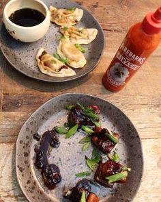 Une recette parfait pour essayer la Sriracha Firebarns. Voyager en Asie en cuisinant les  Dumplings & HONG XAO ROU (Flanc de porc à la chinoise) à la Sriracha Firebarns. Sriracha, Dumplings, Parfait, French Toast, Meat, Chicken, Breakfast, Food, Green Onions