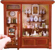 真ん中の肖像画は薬屋さんの創業者さんでしょうか。 薬の小瓶や天秤などが美しく並んだ ドイツ・ロイターポーセリン社製のドールハウス 薬屋さんです。