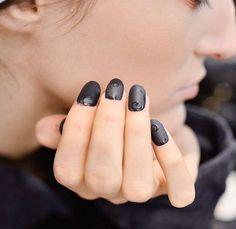 Nail art inverno 2016 - Manicure nera opaca con motivi geometrici lucidi