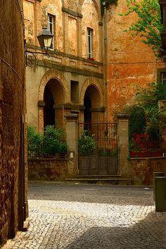 A beautiful villa courtyard in Orvieto, Italy | Flickr/Al Morrison ᘡղbᘠ