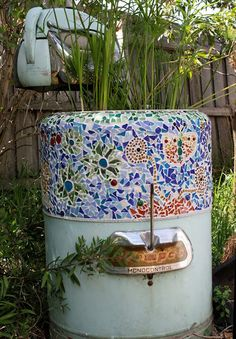 Old washer becomes a little pond. Mosaic Birdbath, Mosaic Garden Art, Mosaic Glass, Stained Glass, Old Washing Machine, Washing Machines, Outdoor Projects, Outdoor Decor, Outdoor Ideas