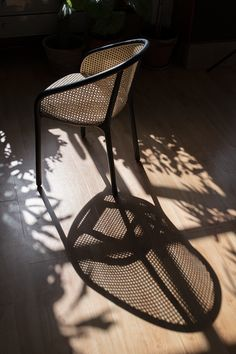 Samuel Wilkinson's LATIS collection is a sustainable series of three chairs that all share the same frame of steam-bent solid ash. Rattan Furniture, Find Furniture, Unique Furniture, Home Furniture, Furniture Design, Rattan Chairs, Charles Rennie Mackintosh, Green Cafe, Architecture Art Design