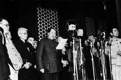 Mao Zedong proclama la República Popular de China en Pequín, 10 de octubre de 1949, después de la victoria del Partido Comunista Chino sobre los ejércitos del Partido Nacionalista liderado por Chiang Kai-shek. Se ponía así fin a la Guerra Civil china y se daba inicio a una etapa dominada por la figura de Mao.