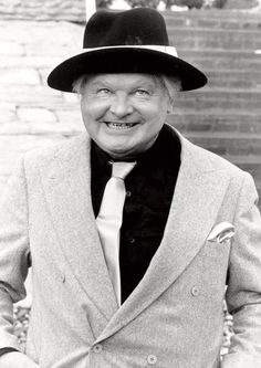 Benny Hill (b Hampshire, England) died at 68 years old. Dad tried his best to prevent me from watching the Benny Hill show Benny Hill, The Comedian, Tv Vintage, Looks Vintage, British Comedy, British Actors, Comedy Actors, Actors & Actresses, English Comedians