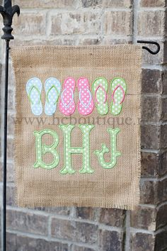 Burlap Summer Garden Flag Flip Flops Summer by jculpepper10, $25.00 Embroidery Monogram, Embroidery Files, Embroidery Applique, Machine Embroidery, Burlap Projects, Fun Projects, Burlap Yard Flag, Applique Designs, Embroidery Designs
