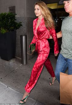 Pretty in pink! Gigi Hadid flashed her cleavage in a slinky pink jumpsuit as she kicked off New York Fashion Week festivities on Thursday Looks Gigi Hadid, Gigi Hadid Style, Celebrity Outfits, Celebrity Style, Talons Sexy, Gigi Hadid Outfits, Pink Jumpsuit, Looks Street Style, Fashion Outfits