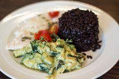 Pute aus dem Pergament mit Zucchini-Pesto-Sahne und schwarzem Reis
