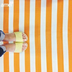 Pula pra parte que estamos na praia ☀ #lojaamei #slide #etiquetaamei #chinelo #amarelo #listra #verao