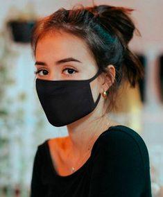 Masque noir en tissu : lequel choisir ? - Porteunmasque.com Red Face, White Face Mask, Diy Mask, Diy Face Mask, Face Masks, Mode Hijab, Cute Faces, Fashion Face Mask, Mask Design
