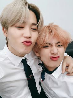 """""""""""Taehyung is my precious friend and the first same age friend I had & only friend whom i have so many memories with ever since I came to Seoul."""" - Jimin Vmin through the years [a thread] ✨"""" Jimin Jungkook, Bts Vmin, V Taehyung, V Bts Cute, I Love Bts, Foto Bts, K Pop, Bts 2013, Les Bts"""