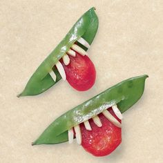Goblin grins for a Halloween Veggie tray or snack board. Healthy Halloween Snack Ideas For Kids (Non-Candy) Creative way to make healthy Halloween snacks for kids. Sugar Snap pea pod and slivered almonds with a red pepper or tomato. Yeux Halloween, Art Halloween, Creepy Halloween Food, Halloween Snacks For Kids, What Is Halloween, Healthy Halloween Treats, Halloween Fruit, Halloween Punch, Halloween Cupcakes