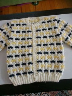 Two Color Pattern For A Sweater - Maallu - Diy Crafts Baby Boy Knitting Patterns, Knitting Designs, Baby Patterns, Knit Patterns, Baby Knitting, Baby Vest, Baby Cardigan, Handgestrickte Pullover, Crochet Baby Jacket