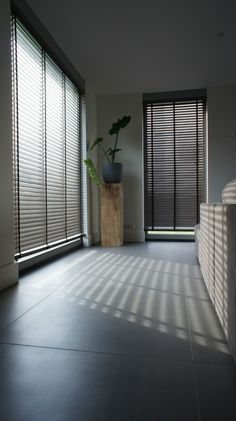 Irma van Toledo is under construction House Blinds, Blinds For Windows, Curtains With Blinds, Interior Windows, Interior And Exterior, Style At Home, Store Venitien, Aluminum Blinds, Brown House