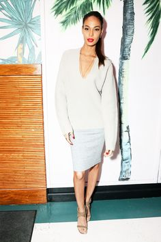 Joan Smalls wear all white / team up a chunky knit and slim-fit skirt for a well-balanced look.