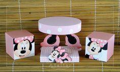 KIT EM MDF PINTADO À MÃO  COMPOSTO POR:  -02 CUBOS 15X15CM  -01 BANDEJA REDONDA 30CM DE DIÂMETRO  -01 BANDEJA RETANGULAR 25X17X4CM  PODE SER FEITO EM OUTROS TEMAS E CORES Minnie Mouse Stickers, Mickey E Minnie Mouse, Fiesta Mickey Mouse, Ballerina Birthday Parties, 1st Birthday Girls, Pink Gold Birthday, 2nd Birthday Parties, Minnie Mouse Birthday Decorations, Mickey Mouse Birthday