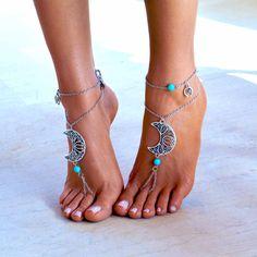 Objetivo la luna...  Si no, usted puede golpear una hermosa estrella...   Un par de sandalias pies descalzos hechos a mano, con cadena de plata de buena calidad.   * Los pies descalzos está decorado con una hermosa Luna metálica y perlas de mar azul luz. Es accompaned con una cadena de tobillo con encanto para las piernas, que puede ser llevaba por separado así!  * El cierre es ajustable. Tiene un broche de plata en la espalda con aros para todos feet.*  ---Ajuste cómodo para todos lo...