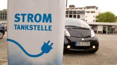 Ökobilanz von E-Autos - Elektroauto an Stromtankstelle >> Video   E-Autos sind nur mit grünem Strom umweltfreundlich (Beitrag vom 19. Mai 2016) Gar nicht so grün ! Auch E-Autos stoßen Kohlendioxid aus.  Elektroautos erzeugen zwar kein CO2 - aber sie brauchen Strom, und der wird in Deutschland noch immer zu einem erheblichen Teil in Kohlekraftwerken produziert. - pic: Elektroauto an Stromtankstelle    ^ 3sat nano web   20160922,1624 do